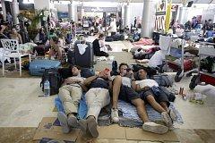 Turisté po zemětřesení v Indonésii.