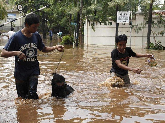 Voda z protržené přehrady v Indonésii pohřbila 77 lidí