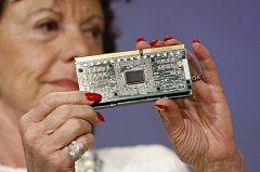 Evropská komisařka Neelie Kroesová ukazuje chip společnosti Intel, která dostala rekordní pokutu.