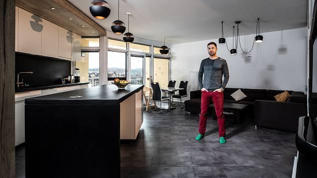 """""""Mám rád jednoduchý a účelný design. Takový je i náš obývák,"""" říká Martin Šonka"""