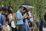 Japonci s mobilními telefony