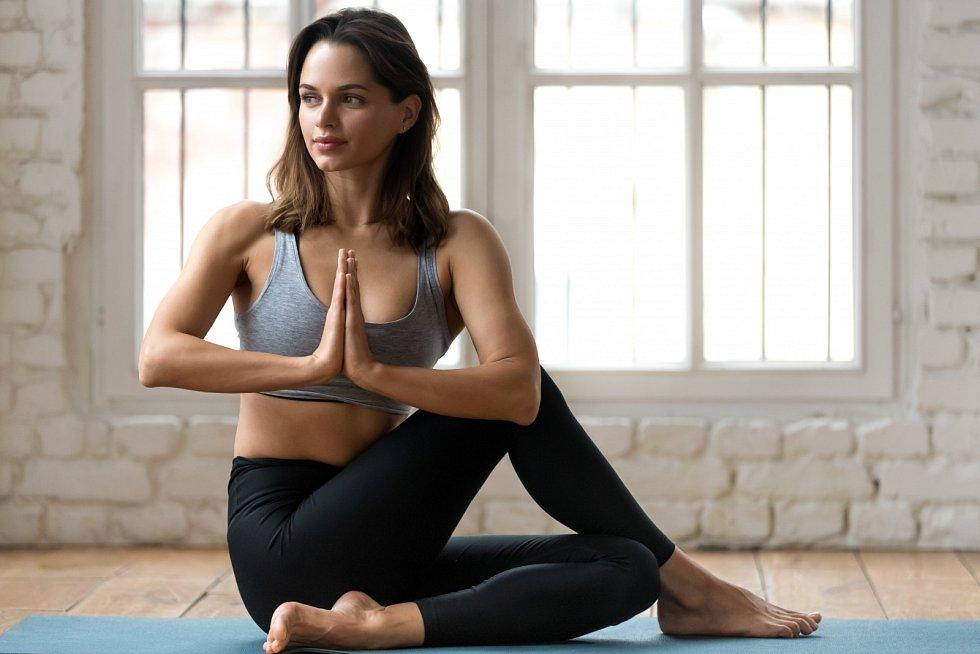 Jógu lze cvičit i doma. Je však rozdíl v tom, zda cvičíte ráno, nebo večer.