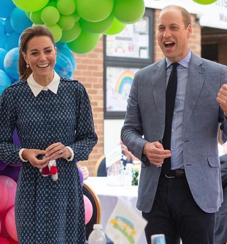 Princ William a vévodkyně Kate navštívili Nemocnici Královny Alžběty, kde ocenili zdejší zdravotnické pracovníky.
