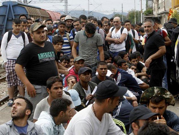 isíce uprchlíků prorazily jižní makedonskou hranici s Řeckem, kde se je marně pokusila zadržet makedonská policie omračujícími granáty.