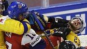 Zápas se Švédy byl plný tvrdých soubojů, jako byl ten mezi Radkem Faksou a Ekmanem-Larssonem.