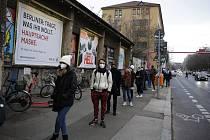 Lidé v Berlíně čekají ve frontě na odběry pro antigenní testování na koronavirus
