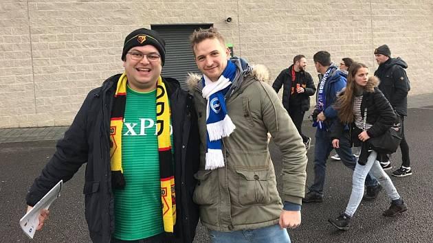 Nicholas Smith (vlevo), věrný příznivec účastníka Premier League Watfordu a člen fanklubu anglické reprezentace.