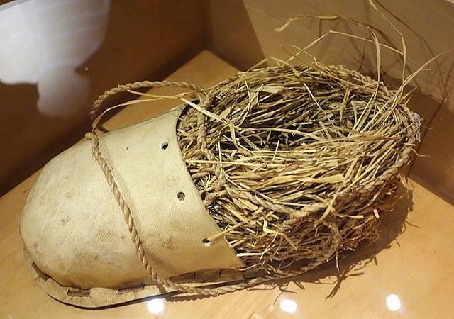 Další replika Ötziho obuvi vystavovaná v Baťově muzeu obuvi (Bata Shoe Museum) v kanadském Torontu