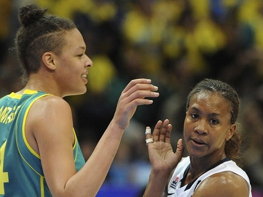 Elizabeth Cambage z Austrálie (vlevo) jako první žena v historii předvedla na olympijském turnaji ukázkovou smeč.