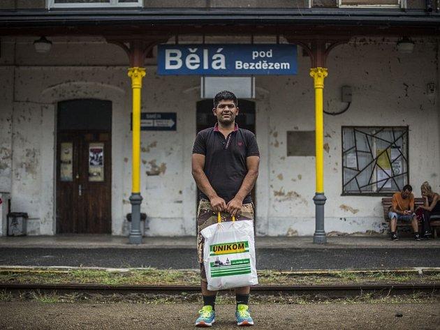 Majetek 27letého Pákistánce Saifa se dnes vejde do jedné igelitky. V Bělé pod Bezdězem si pobyl dva měsíce. Míří sice do Německa, ale ví, že ani tam ho štěstí čekat nemusí.