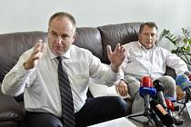 Jiří Paroubek a Petr Michek na tiskové konferenci