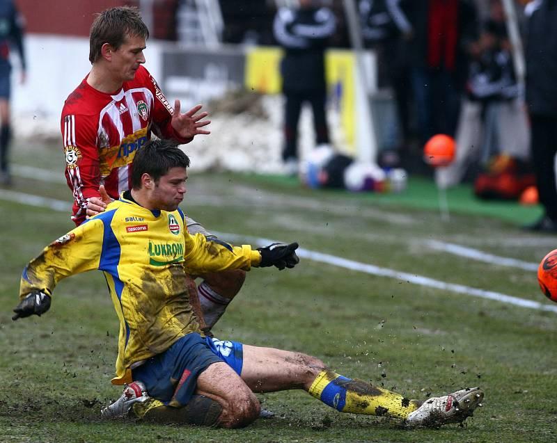 Pavol Straka v dresu Viktorie Žižkov (v červeno-bílem) v souboji s Ondřejem Čelůstkou ze Zlína (Sezona 2008/2009)