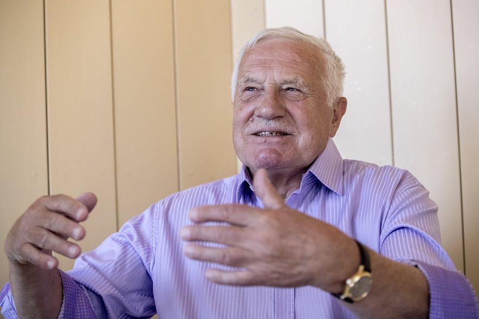 Exprezident Václav Klaus si prý v restauraci pouze vyzvedl jídlo a odskočil na toaletu. Strávil uvnitř hodinu…
