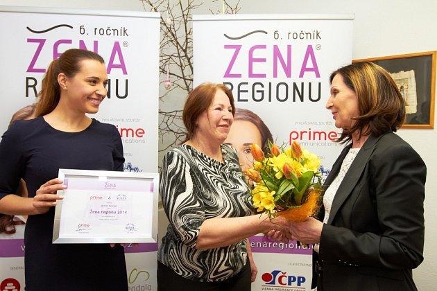 Předávání loňských ocenění: zleva zakladatelka soutěže Denisa Kalivodová, vítězka Jarmila Zelenská a senátorka Božena Sekaninová.