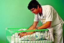 Martin Gregora ošetřuje kojence na novorozeneckém oddělení  nemocnice Strakonice, a. s.