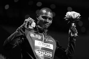 Ekvádorský běžec Alex Quiňonéz byl zastřelen. Na snímku s bronzovou medailí z MS v Kataru.