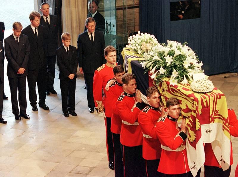 Úmrtí princezny Diany při autonehodě bylo šokem nejen pro Brity. Její pohřeb se stal sledovanou událostí a královská rodina si za chování po Dianině smrti a při pohřbu vysloužila nemalou kritiku.