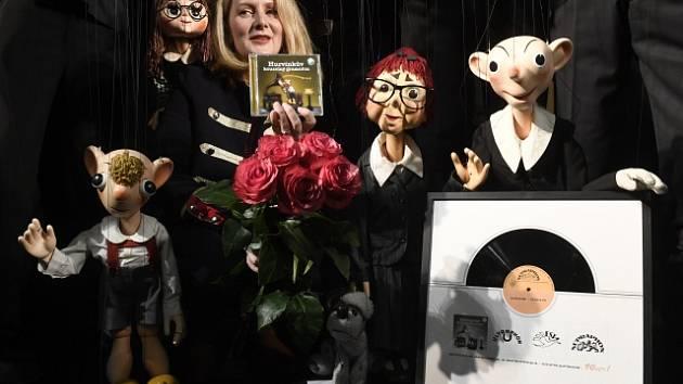 Dřevěná rodinka má spoustu plánů. Ředitelka Divadla Spejbla a Hurvínka Denisa Kirschnerová se svými svěřenci.