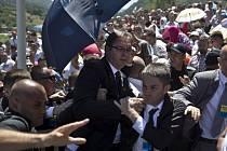 Sobotní útok davu na srbského premiéra Aleksandara Vučiče během pietní ceremonie v bosenské Srebrenici.