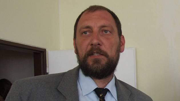 RADOVANOVI JÍLKOVI jakožto starostovi obce (na snímku) se nelíbí, že jim ministr Petr Gandalovič řešení výstavby přehrady pouze oznámil.