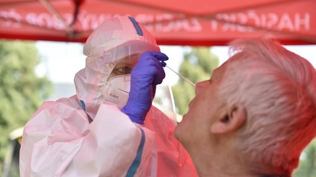 Odběr vzorků pro testy na koronavirus. Ilustrační snímek