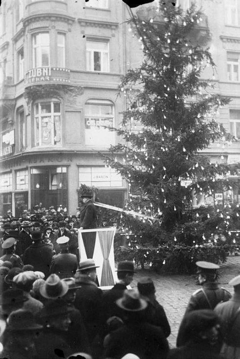 Strom pro charitu. Sbírka na děti nezaměstnaných rodičů u vánočního stromu v Praze v roce 1931