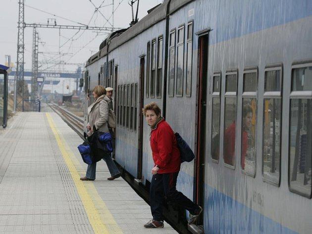 Naopak na železnici, kde České dráhy v osobní přepravě nemají konkurenci, by se mohlo zvýšení DPH podle Procházky projevit v plné výši.