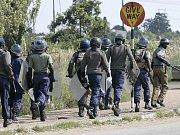 Policie hlídkuje před budovou Nejvyššího soudu v Harare.