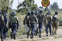 Zásahová jednotka zimbabwské policie na předměstí Harare.