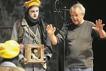 REŽISÉR. Ve věku 70 let zemřel po dlouhé nemoci režisér a první polistopadový šéf činohry Národního divadla v Praze Ivan Rajmont (vpravo na snímku z 8. října 2013 v Jihlavě).