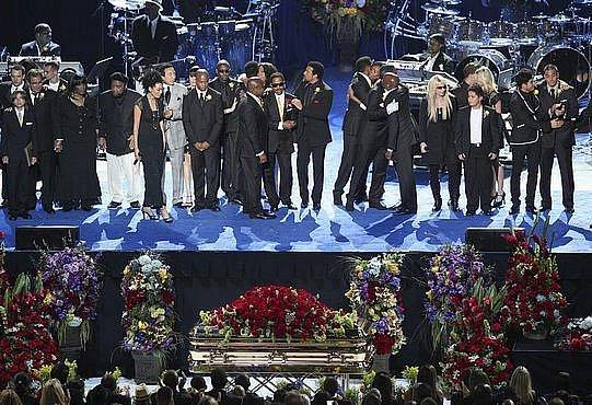 Rodina, přátelé a vystupující se shromáždili na podiu při posledním rozloučení s Michaelem Jacsksonem v Staples Centru v Los Angeles.
