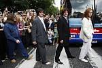 Fanoušci se ve čtvrti St John's Wood shromáždili přesně ve 12.35 hodin SELČ na místě, kde 8. srpna 1969 John Lennon, Ringo Starr, Paul McCartney a George Harrison improvizovali scénu.