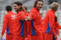 Na reprezentačním tréninku panovala dobrá nálada. Na snímku se zády k sobě usmívají Tomáš Ujfaluši a Marek Jankulovski.