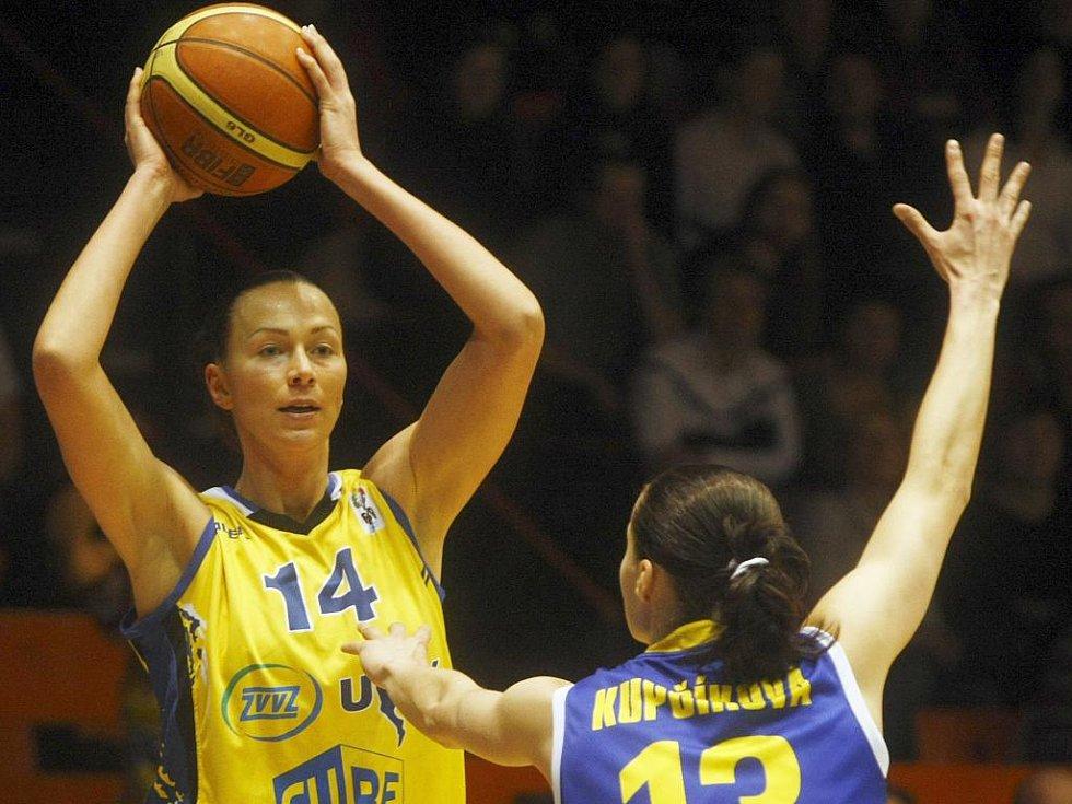 Ieva Kublinová z USK Praha (vlevo).