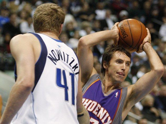 Stevea Nashe v dresu Phoenixu (vpravo) tentokrát zastínil Německý hráč hájící barvy Dallasu Dirk Nowitzki.