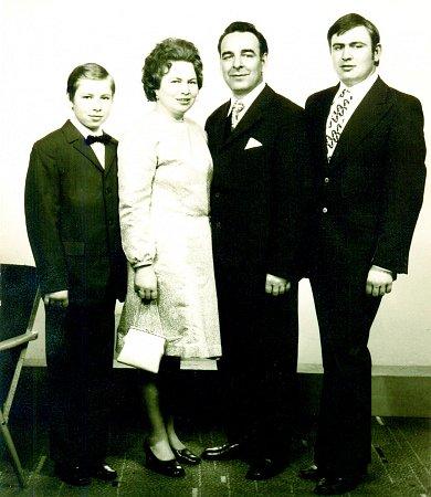 SPOLEČNÉ FOTO. Zleva Jiří Kracík, maminka Jiřina Kracíková, tatínek Ladislav Kracík a syn Ladislav Kracík.