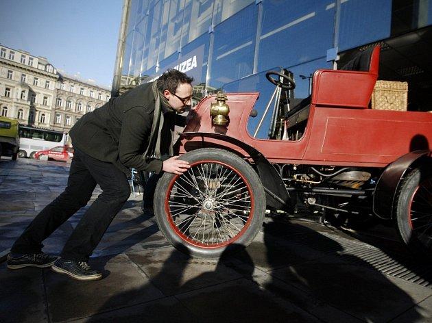 Do budovy Národního muzea v Praze dorazil osobní parní automobil Ferdinanda d'Este. Na snímku restaurátor Martin Holota.