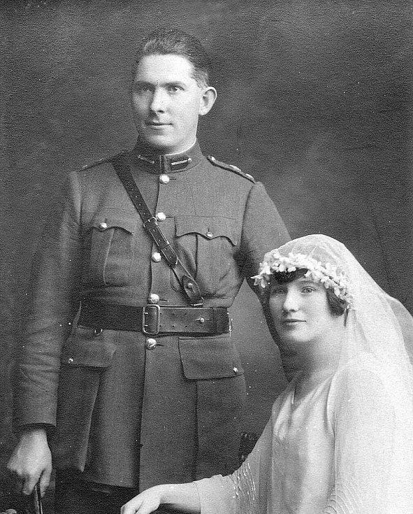 Po propuštění z cely smrti se Seán MacEoin oženil se svou snoubenkou, zde na svatebním snímku z 21. června 1922