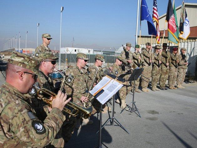 Spojené státy a Severoatlantická aliance dnes v Kábulu uspořádaly slavnostní obřad k ukončení své bojové mise v Afghánistánu.