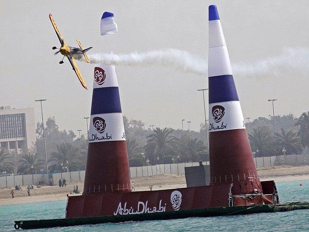 Jeden z účastníků Red Bull Air Race urazil křídlem špičku nafukovacího kužele.