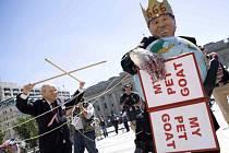 Američané protestují převlečení jako Bush a Cheney.