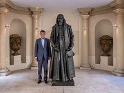 Andrej Babiš se sochou Jana Amose Komenského, kterou chce věnovat Itálii.