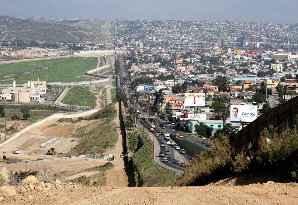Zeď na hranici mezi USA (vlevo) a Mexikem (vpravo) v Kalifornii