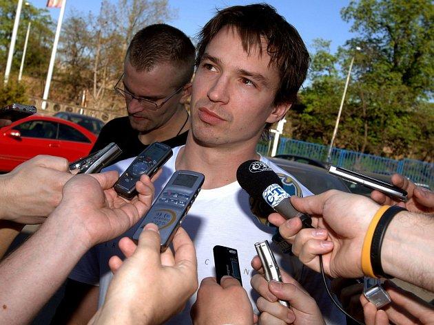 Petr Čajánek v zajetí novinářů.