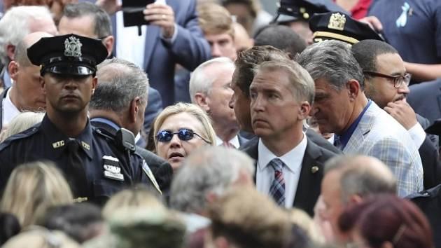 Clintonová vzpomínkové shromáždění předčasně opustila.