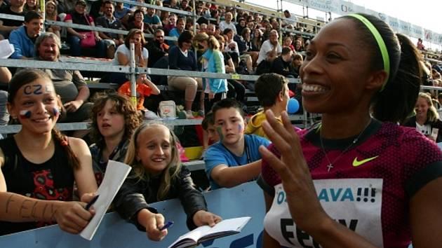 Olympijská šampionka Allison Felixová se raduje z triumfu na Zlaté tretře.
