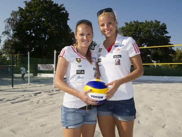 Beachvolejbalistky Kristýna Kolocová (vlevo) a Markéta Sluková.