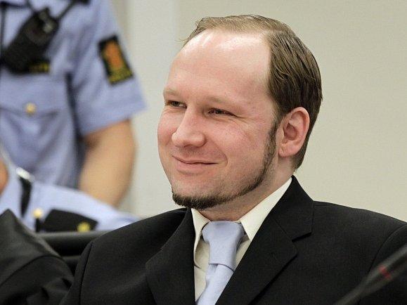 Anders Breivik se usmíval při vraždění i před soudem.