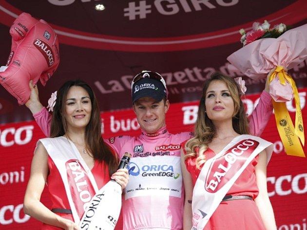 Simon Clarke se po čtvrté etapě Gira oblékl do růžového trikotu pro lídra.
