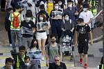 Desítky rodin i s malými v ulicích Hongkongu protestovaly  proti používání slzného plynu při potlačování demonstrací